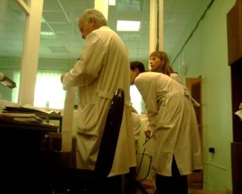 Лешаков Сергей Юрьевич, директор калужского базового медицинского колледжа сворачивает плёночку в реанимационном отделении 2 городской больницы